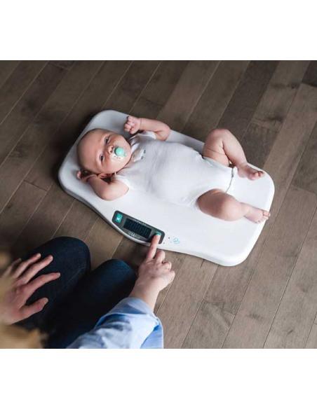 Kilö - Báscula Digital para bebés. Bebé tumbado en la báscula blanca.