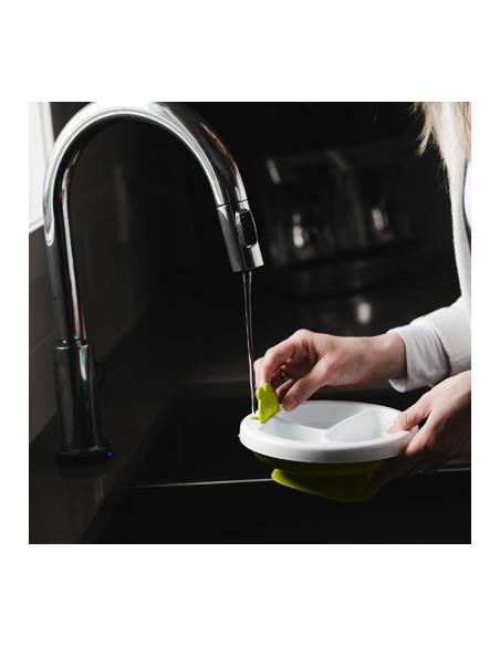 Platö - Plato con sistema de reserva de agua caliente y ventosa - Lima. Madre limpiando el plato de color blanco y verde.