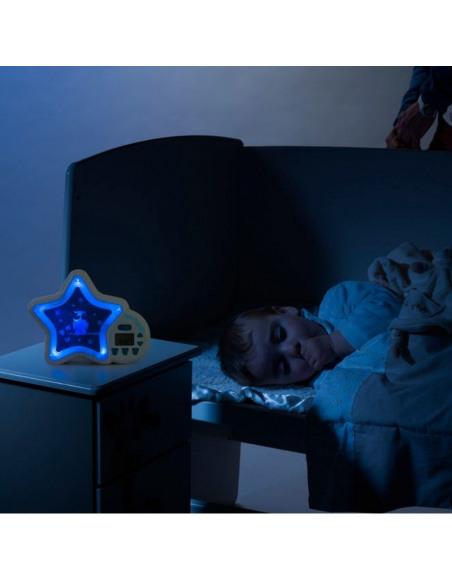 Tik Tok'go Sophie la girafe. Bebé durmiendo con la luz de noche con forma de estrella.