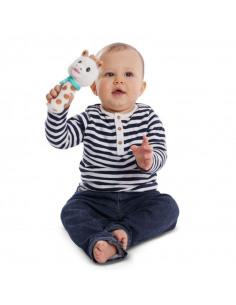 Sonajero peluche Cri-Cri Sophie. Bebé aparece sujetando un peluche de jirafa de color blanco.