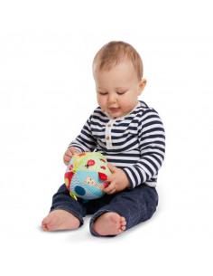 My first early-learning ball. Bebé juega con pelota blanda con una jirafa y con colores amarillo, azul y rojo