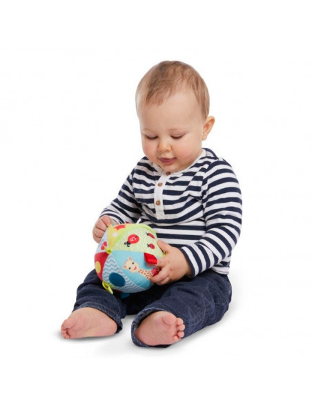 My first early-learning ball. Bebé juega con pelota blanda con una jirafa y con colores amarillo, azul y rojo