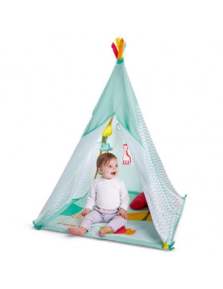 Activi'tipi Sophie la girafe. Bebé en el centro de juego con forma de cabaña de color azul y con figuras de Sophie la girafe