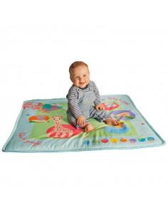 Touch & play mat'. Bebé encima de la alfombra de juego musical de color azul y con dibujos de Sophie la girafe