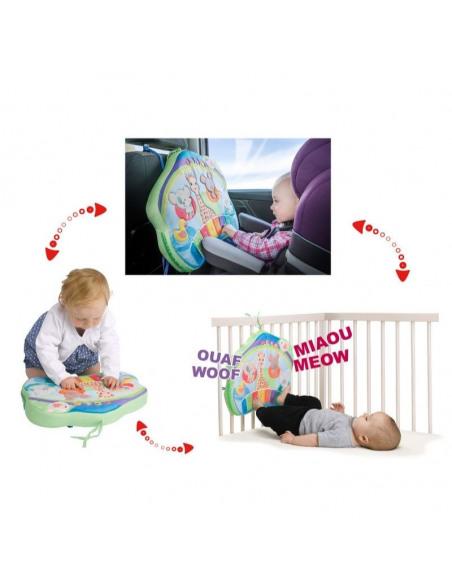 Touch & play board. Bebé jugando con el tablero interactivo multicolor.