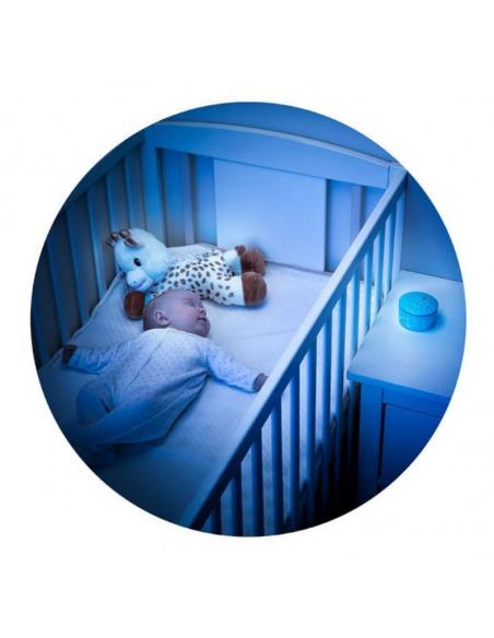 Peluche Light & dreams. Bebé durmiendo en su cuna con el peluche y el proyector de luz de color azul.