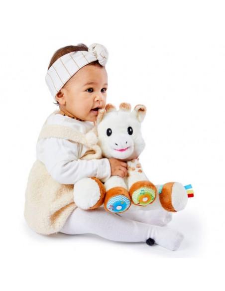 Touch and Play Music Plush. Bebé abrazando el peluche de la jirafa Sophie de color blanco y marrón.