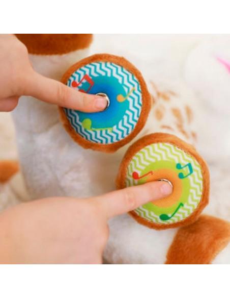 Touch and Play Music Plush. Dedos de bebé pulsando botones del peluche de la jirafa Sophie de color blanco y marrón.