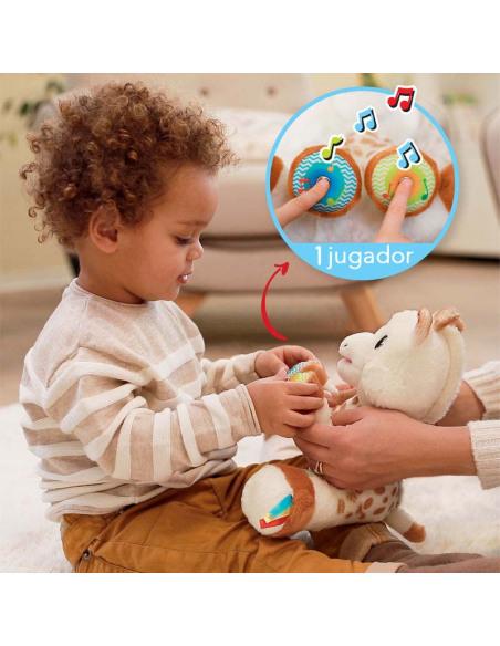 Touch and Play Music Plush. Peluche de la jirafa Sophie de color blanco y marrón con un bebé jugando
