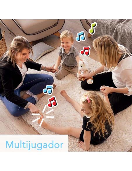 Touch and Play Music Plush. Peluche de la jirafa Sophie de color blanco y marrón. Jugando dos mujeres adulas y dos niños