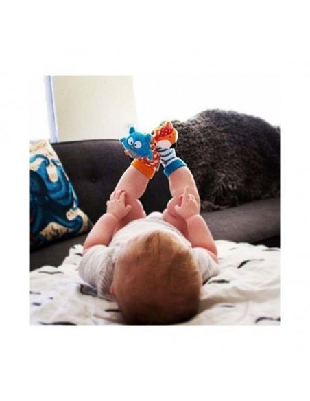 Düo - Calcetines sonajero Búho y Zorro. Niño mirando tumbado sus calcetines.