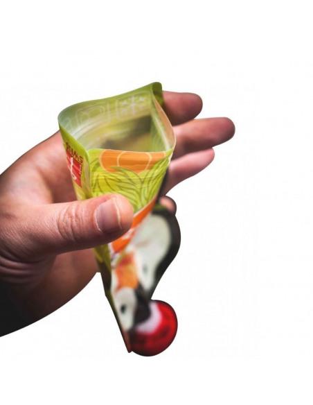 Set de 3 bolsas de alimentación reutilizable, SQUIZ Carnaval 130 ml. + Squiz'Zip. Bolsa con forma de pingüino abierta.
