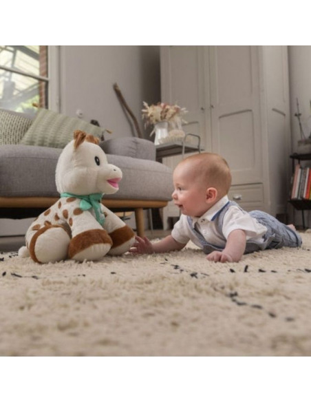 Peluche 35 cm Sophie la girafe. Bebé jugando con su peluche de Sophie la girafe.