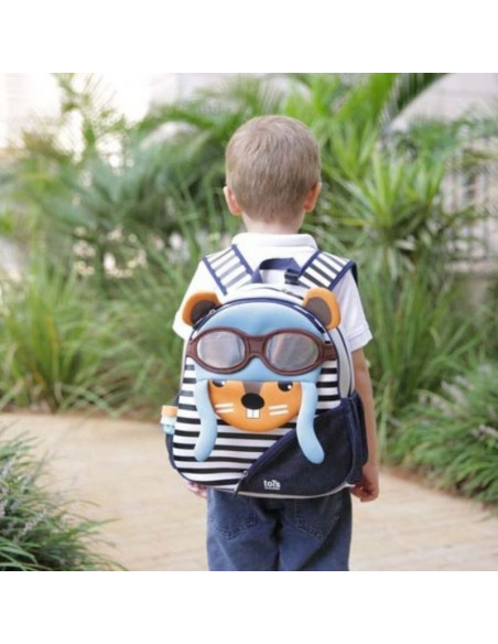 Niño con la mochila de neopreno con forma de ardilla