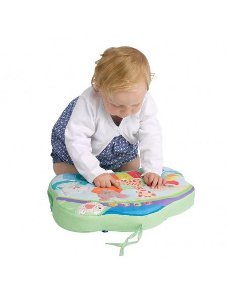 Touch & play board. Bebé jugando con un tablero interactivo multicolor con diferentes dibujos de animales como la jirafa Sophie.