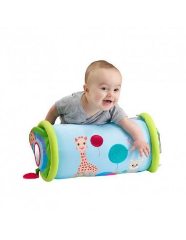 Rollin' Sophie la girafe. Bebé jugando con el rodillo de color azul y verde.