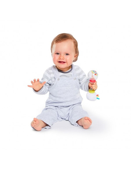 Sonajero Maracas multitextura. Bebé con el sonajero en la mano.