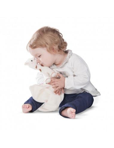 Doudou peluche Sophie Chérie. Bebé abrazando el peluche de Sophie.