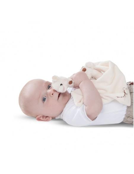 Doudou peluche Sophie Chérie. Bebé tumbado con el Doudou y peluche.