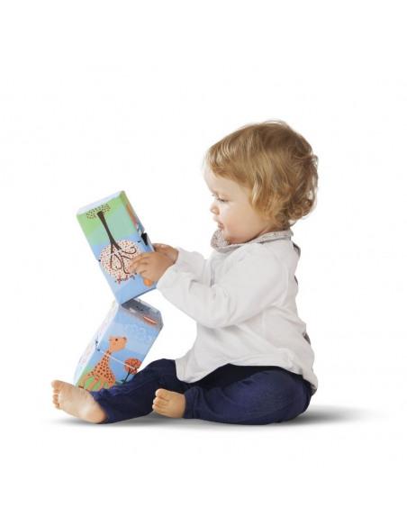 Cubo Puzzle mágico Sophie la girafe. Niña bebé de perfil jugando con el puzzle.