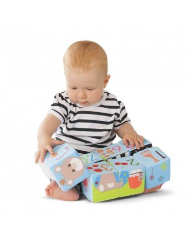 Cubo Puzzle mágico Sophie la girafe. Bebé jugando con el puzzle.