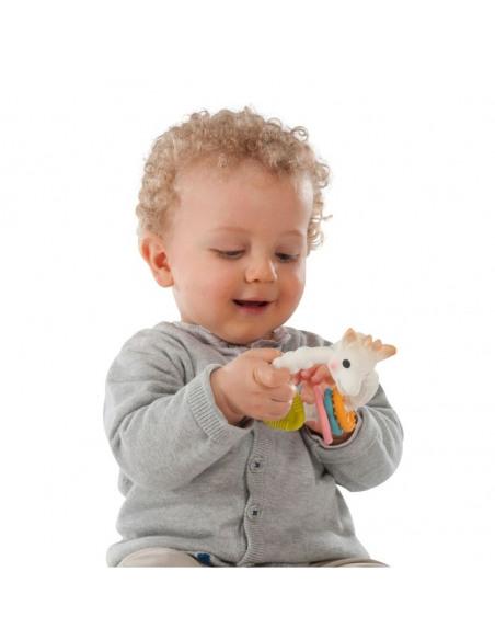 Sonajero Mordedor Colo'rings 100% hevea natural. Bebé jugando con el Sonajero Mordedor con la cara de Sophie la girafe.