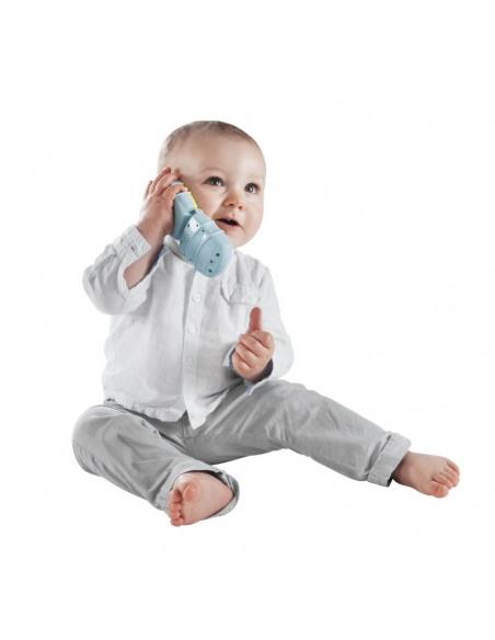 Teléfono musical Sophie la girafe. Bebé jugando con el teléfono musical.