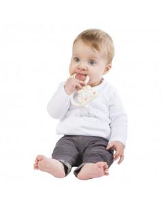 Anillo de dentición SO'PURE Sophie la girafe (de goma natural) Versión blanda. Bebé mordiendo el anillo de dentición.