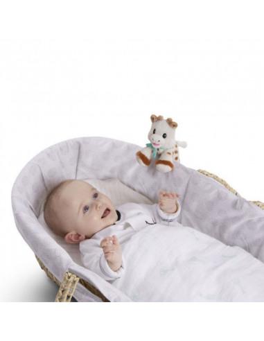 Peluche 14 cm Sophie la girafe. Bebé en la cuna con su peluche de Sophie.