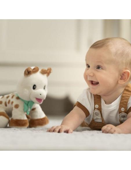 Peluche 20 cm Sophie la girafe. Bebé riendo con su peluche de la jirafa Sophie.