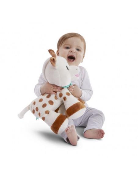 Peluche 35 cm Sophie. Bebé abrazando su peluche de Sophie la girafe.