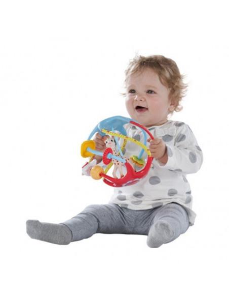 Twistin'ball Sophie la girafe. Niña jugando con su pelota de Sophie la girafe.