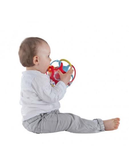 Twistin'ball Sophie la girafe. Bebé mordiendo la pelota de Sophie la girafe.