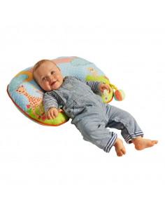Cojín de Actividades 2 en 1 Sophie la girafe. Bebé tumbado en el cojín.