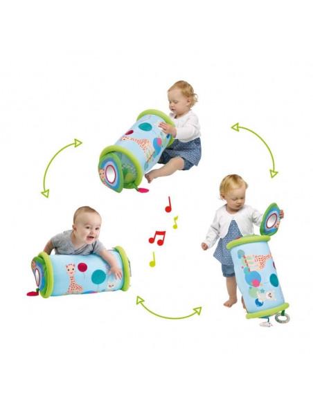 Rollin' Sophie la girafe. Bebé jugando de 3 formas diferentes con el rodillo de color azul y verde.