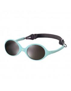 Gafas de sol de color azul cielo con correa negra.