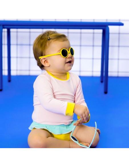 Bebé con gafas de sol para bebés de color amarillo