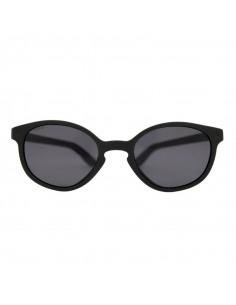 Gafas de sol con forma wayfarer de color negro de frente.