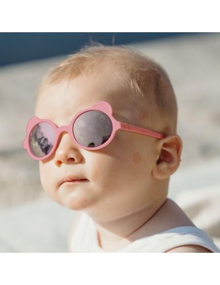 Niño con gafas de sol de color rosa antik pink