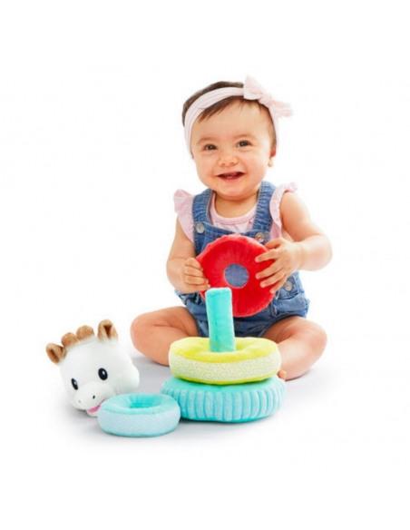 Bebé jugando con la pirámide con la cabecita de Sophie y anillas de colores