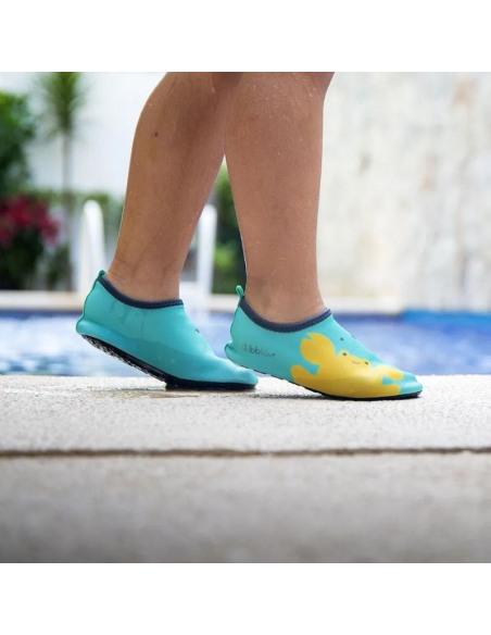 Niño con los zapatos de agua de color azul y amarillo.