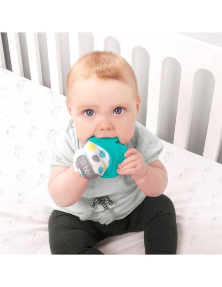 Bebé mordiendo la manopla de dentición de color azul