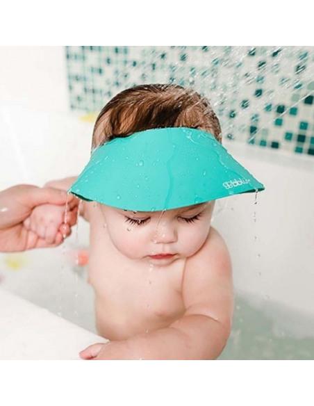 Bebé com viseira para banho em silicone azul