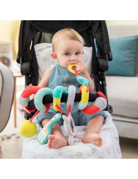 Bebé en el carro con la espiral de actividad