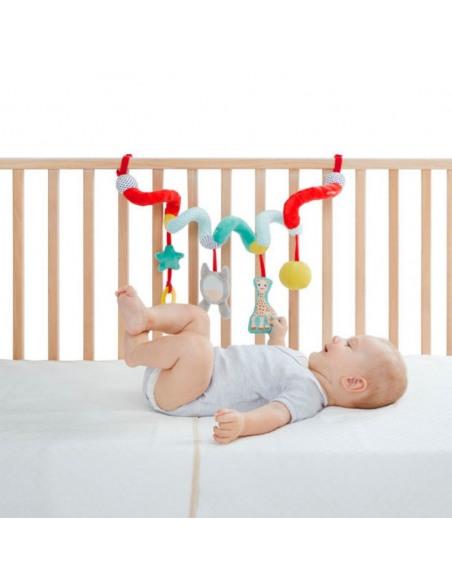 Bebé en la cuna con la espiral de actividad con Sophie la girafe y formas.