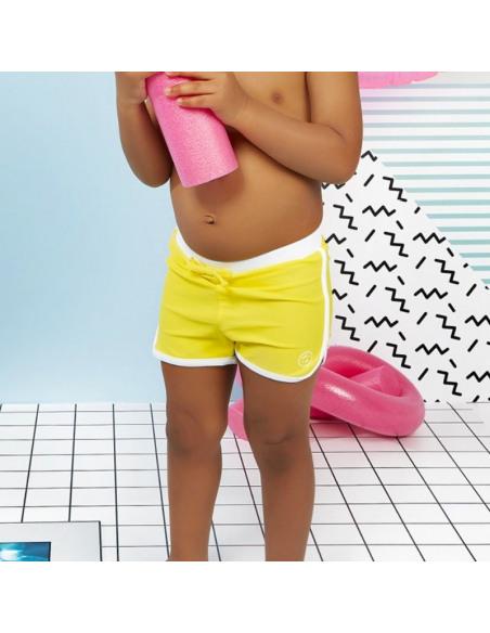Bebé con Short de baño amarillo