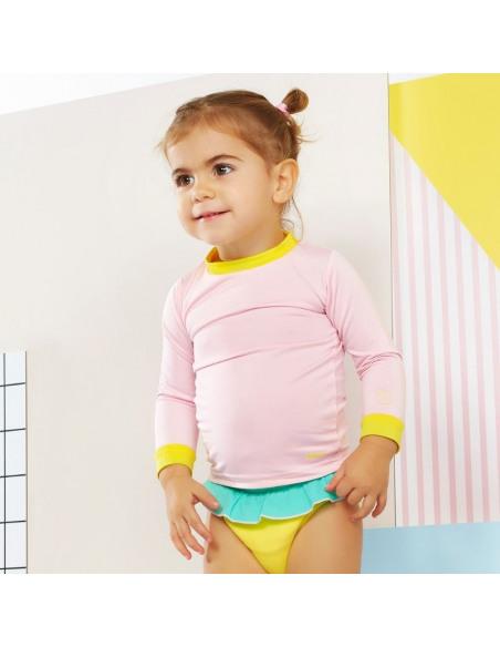 Bebé con la camiseta de color rosa y amarillo.