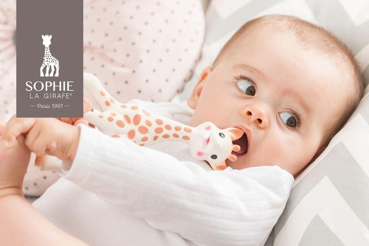 Bebé mordiendo el mordedor de Sophie la girafe